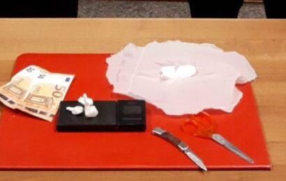 46enne ai domiciliari spacciava droga in casa