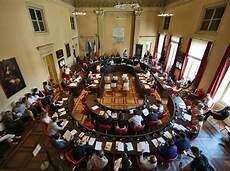 Consiglio comunale con più riunioni e più delibere