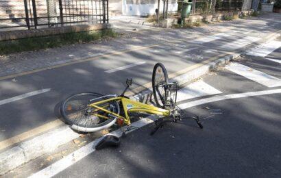 Ciclista travolto da auto in via Giardini